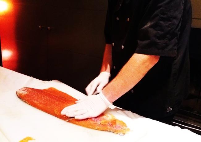 Découpe de saumon, traiteur à Bordeaux
